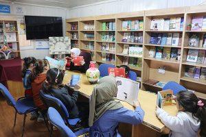 Photo: Refugee children reading